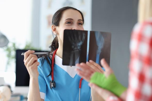 Lekarz bada prześwietlenie ręki pacjenta