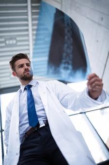 Lekarz bada raport rentgenowski