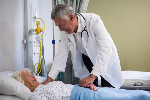 Lekarz badający starszego pacjenta w oddziale