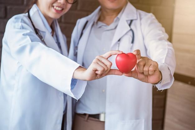 Lekarz, badanie fizykalne i kontroler chorób serca