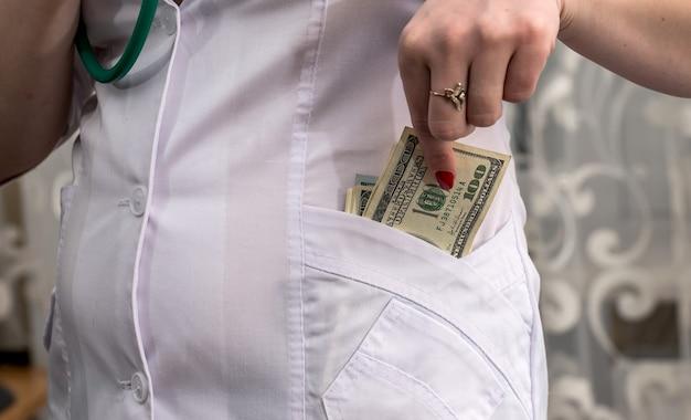 Lekarz bierze łapówkę w dolarach