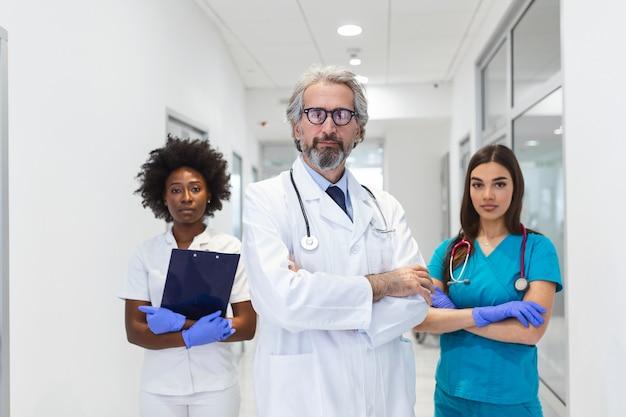 Lekarz, chirurg i pielęgniarka w szpitalu do walki z koronawirusem.