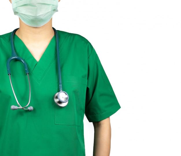 Lekarz chirurg nosi zielony mundur koszuli i zieloną maskę na twarz. lekarz ze stetoskopem zawiesić na szyi. pracownik służby zdrowia.