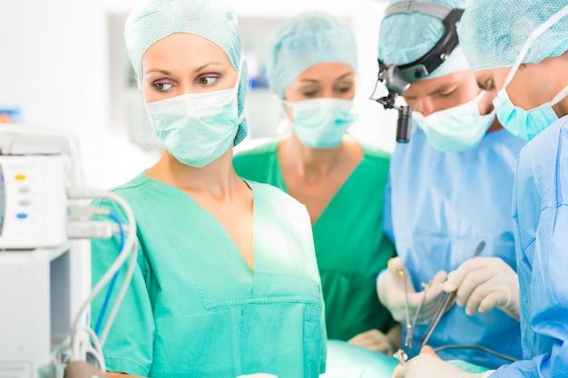 Lekarz chirurg pracuje w teatrze operacji