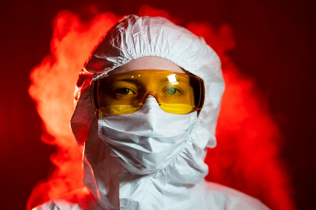 Lekarz chorób zakaźnych dezynfekuje. pandemia koronawirusa covid-19