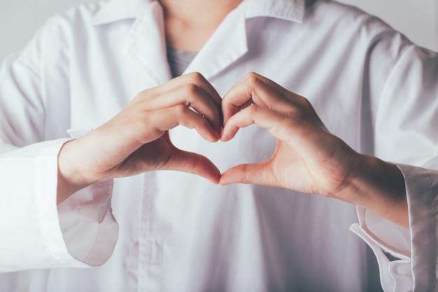 Lekarz co ręce w kształcie serca