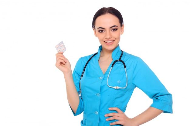 Lekarz daje tabletki leku.