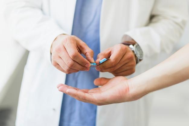 Lekarz daje tabletki