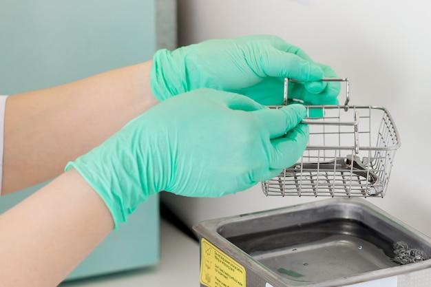 Lekarz dezynfekuje narzędzie