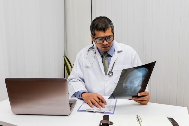 Lekarz diagnozuje i analizuje na zdjęciu rentgenowskim pacjenta.