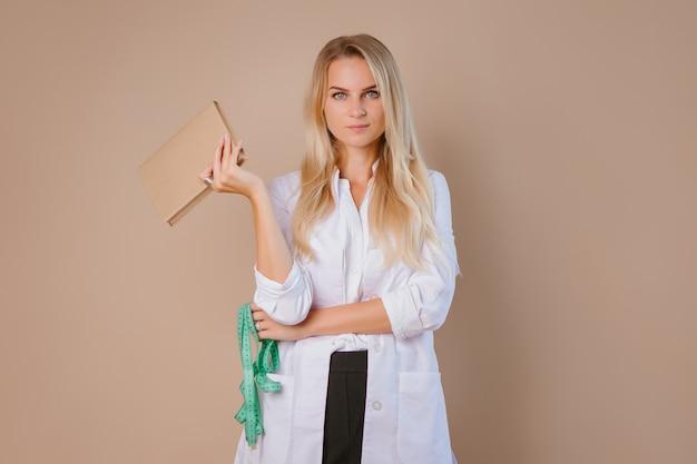Lekarz dietetyk trzyma centymetrową wstążkę. koncepcja utraty wagi i zdrowego odżywiania.