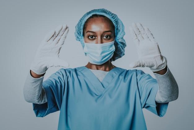 Lekarz dotyka nowoczesnego interfejsu wirtualnego ekranu technologia medyczna