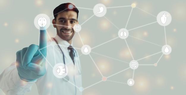 Lekarz, dotykając ikony graficznej ilustracji narządów