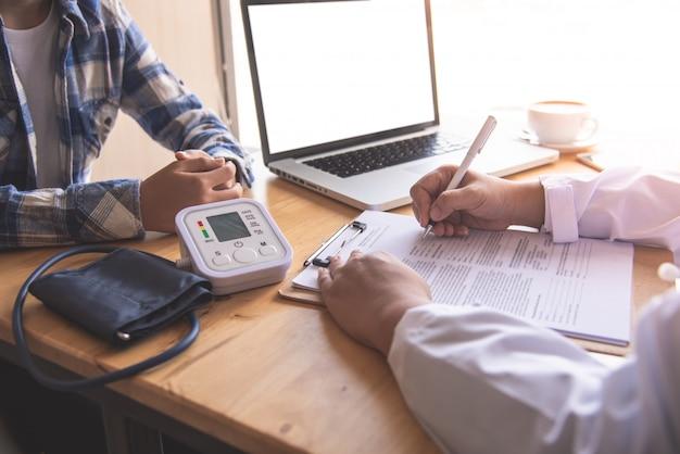Lekarz dyskutuje z pacjentem po fizycznym badaniu wyników i wytycznych leczenia.
