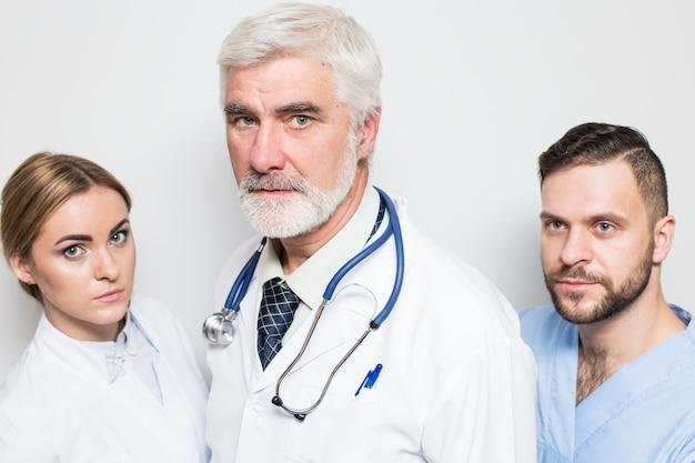 Lekarz emocje zespół mężczyzn poziomo stojących