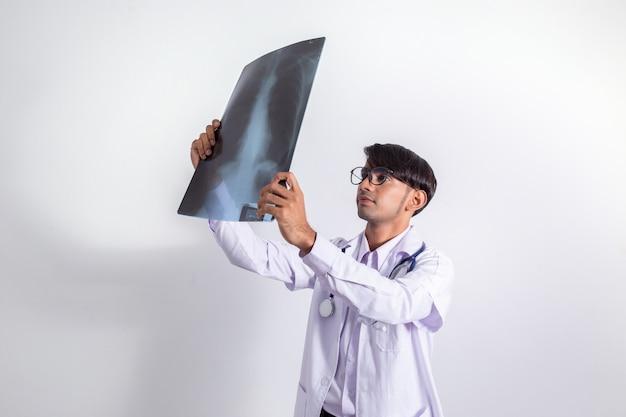 Lekarz gospodarstwa i patrząc na film rentgenowski