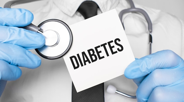 Lekarz holdnd stetoskop i arkusz papieru z tekstem cukrzyca. koncepcja medyczna