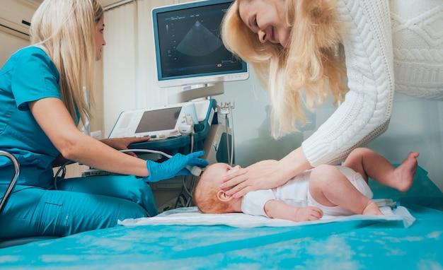 Lekarz i mały chłopiec pacjenta. sprzęt ultradźwiękowy. diagnostyka. sonografia.