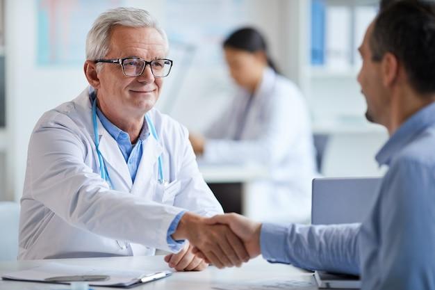 Lekarz i pacjent drżenie rąk