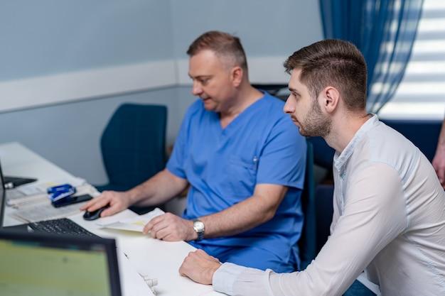 Lekarz i pacjent omawiają problemy medyczne. koncepcja opieki zdrowotnej, medycznej i radiologii.