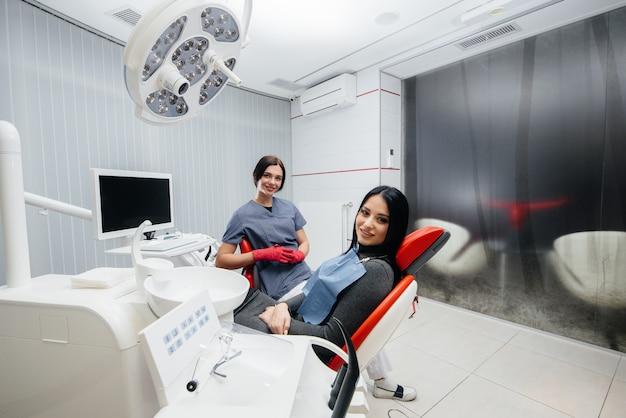 Lekarz i pacjent patrzą w kamerę, uśmiechają się zdrowie. stomatologia
