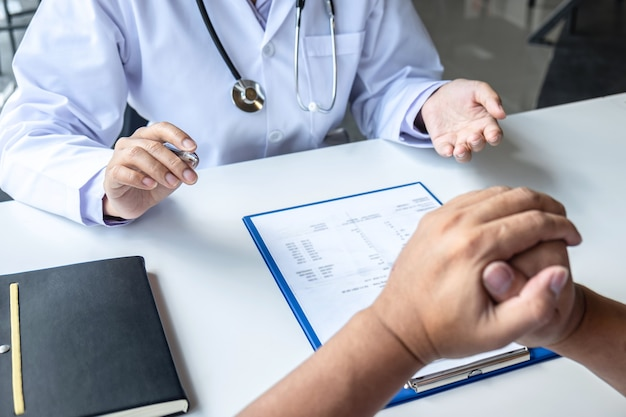 Lekarz i pacjent rozmawiają o konsultacjach dotyczących diagnozy problemu objawowego choroby, rozmawiają z pacjentem o lekach i metodzie leczenia.