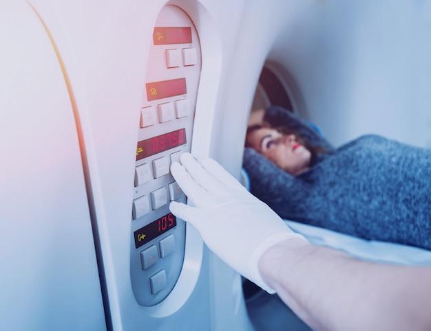 . lekarz i pacjent w sali tomografii komputerowej