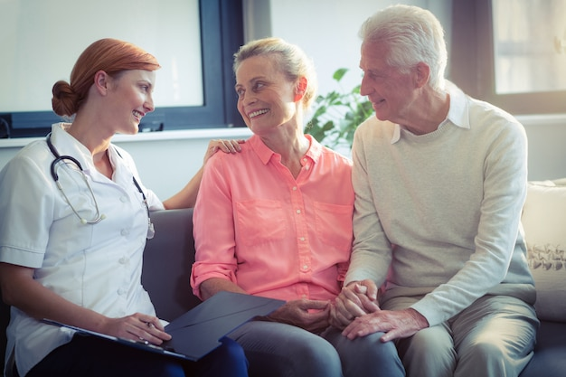 Lekarz i para starszych interakcji ze sobą