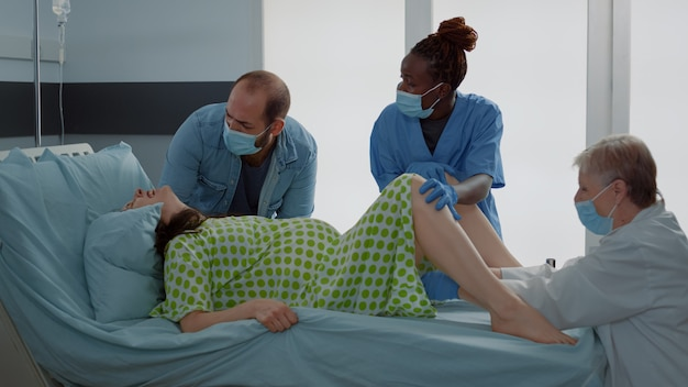 Lekarz i pielęgniarka afroamerykańska dostarczająca dziecko