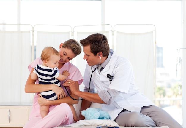Lekarz i pielęgniarka gra z dzieckiem