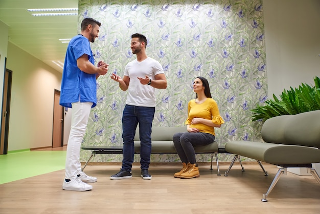 Lekarz i przyszli rodzice w poczekalni