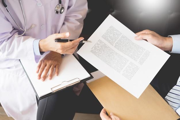 Lekarz informujący pacjenta o dokumentacji medycznej diagnozy z papieru w szpitalu