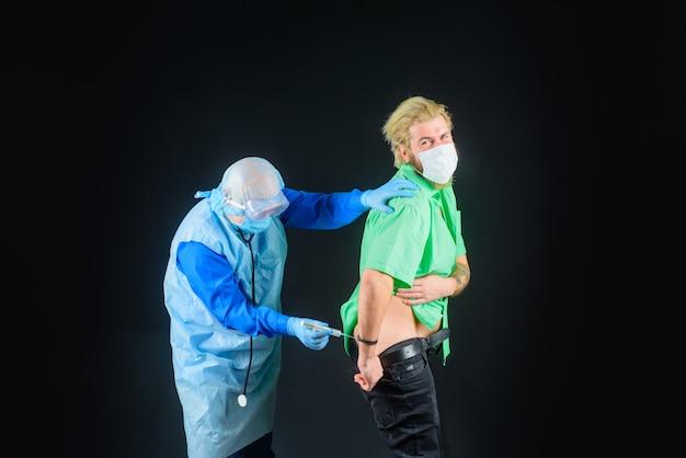 Lekarz jest szczepiony pacjentowi za pomocą lekarza strzykawki, który podaje zastrzyk lekarzowi pacjenta