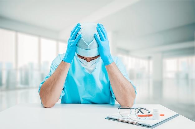 Lekarz jest zdenerwowany i trzyma ręce za głową