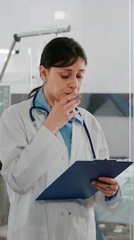 Lekarz kobieta lekarz wyjaśniający diagnozę choroby omawiający leczenie rekonwalescencji