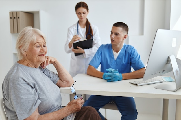 Lekarz komunikuje się z pacjentem za pomocą asystenta pielęgniarki pomocy diagnostycznej