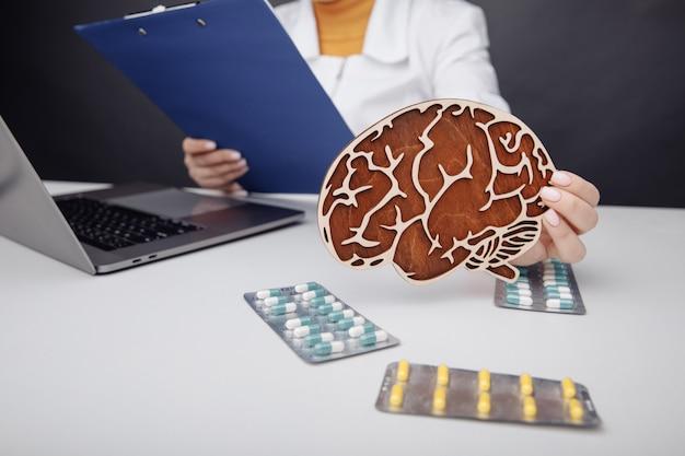 Lekarz koncepcji opieki zdrowotnej i leczenia trzymający drewniany mózg