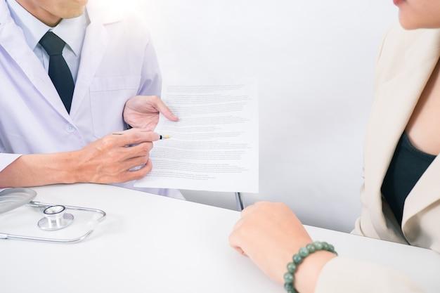 Lekarz konsultacji ręce pacjenta zbliżenie. usługi medyczne, konsultacje lub edukacja, koncepcja zdrowego stylu życia