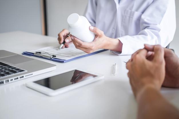 Lekarz konsultujący pacjent omawiający coś objawu choroby i zalecający metody leczenia, przedstawiający wyniki na podstawie raportu i recepty, koncepcji medycyny i opieki zdrowotnej