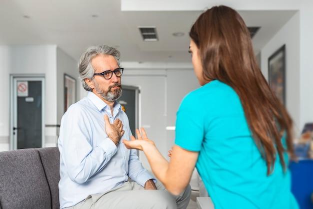 Lekarz konsultujący pacjenta w szpitalnej poczekalni