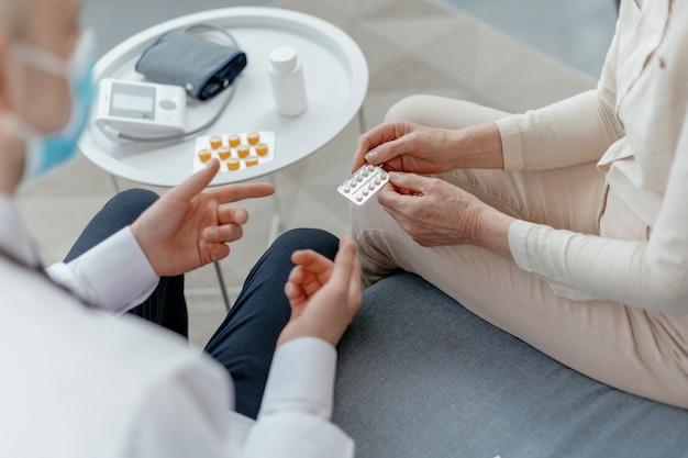 Lekarz konsultujący się ze starszą kobietą w salonie