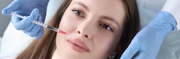 Lekarz kosmetolog daje kobiecie zastrzyk w celu wygładzenia zmarszczek
