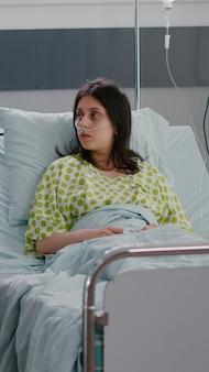 Lekarz lekarz wyjaśnia chorej kobiecie przyjmowanie pigułek podczas wizyty u farmaceuty w hospi...