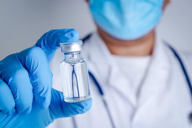 Lekarz lub badacz noś niebieskie rękawiczki, pracuj w laboratorium