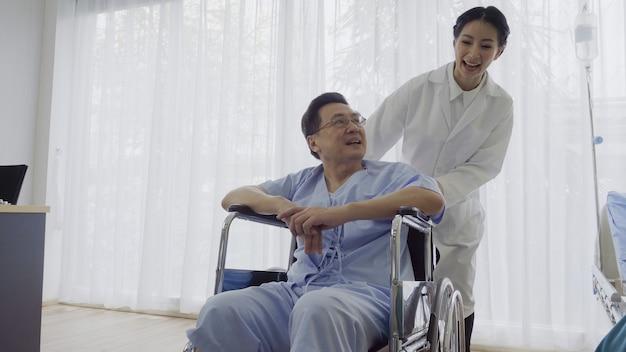 Lekarz lub lekarz opiekuje się chorym pacjentem w szpitalu lub przychodni