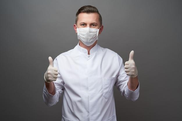 Lekarz ma na sobie ochronne lateksowe rękawiczki i maskę