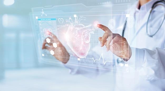 Lekarz medycyny i stetoskop dotykając ikony serca
