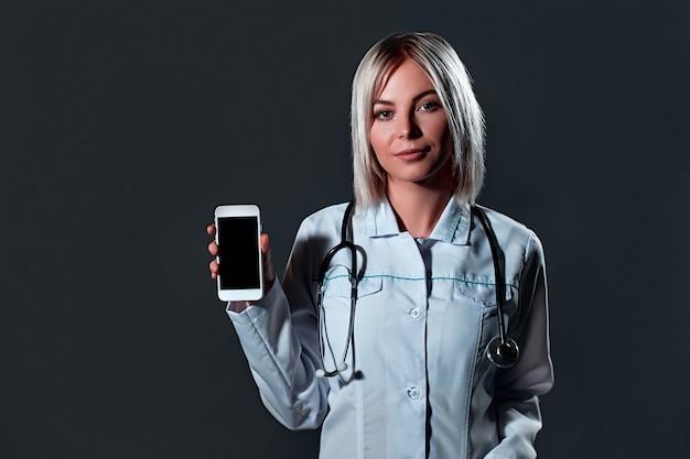 Lekarz medycyny młoda kobieta ze stetoskopem