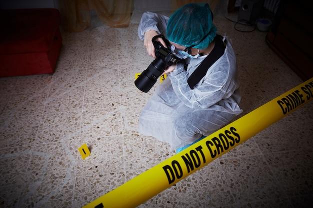 Lekarz medycyny sądowej pracuje na miejscu zbrodni