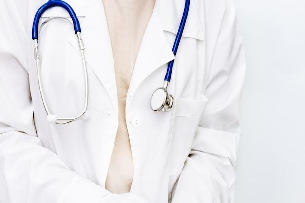 Lekarz medycyny z bliska w białym fartuchu ze stetoskopem.